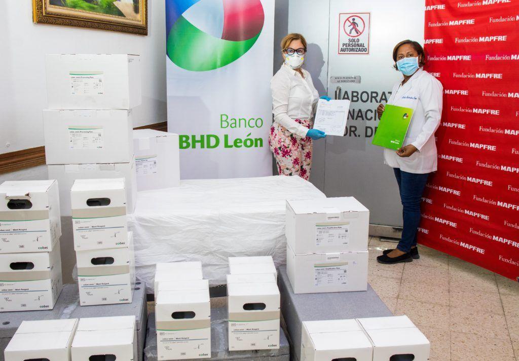 <p>Centro Financiero BHD Le&oacute;n y Fundaci&oacute;n MAPFRE completan la entrega de pruebas PCR</p>