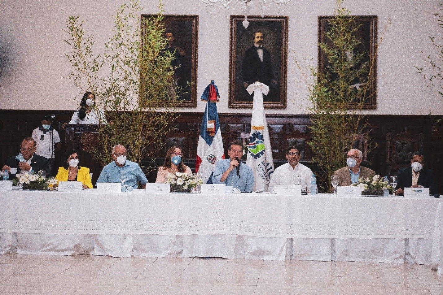 <p><strong>Ito Bison&oacute; entrega a presidente Abinader plan para relanzar sector tabaco de RD</strong></p>