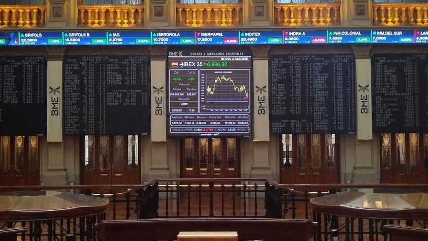 <p>Wall Street abre en rojo y el Dow Jones pierde 1,37 %, por expansi&oacute;n de la covid-19</p>