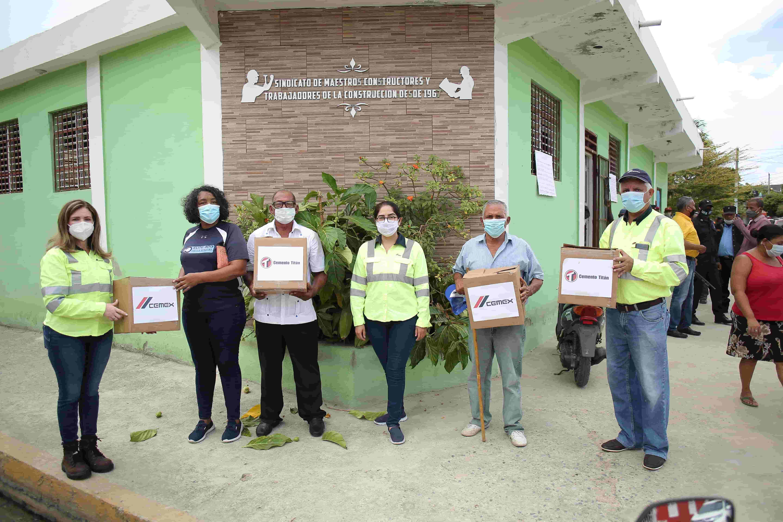 <p><strong>Trabajadores de la construcci&oacute;n y comunidades reciben kits de alimentos de la mano de CEMEX Dominicana</strong></p>