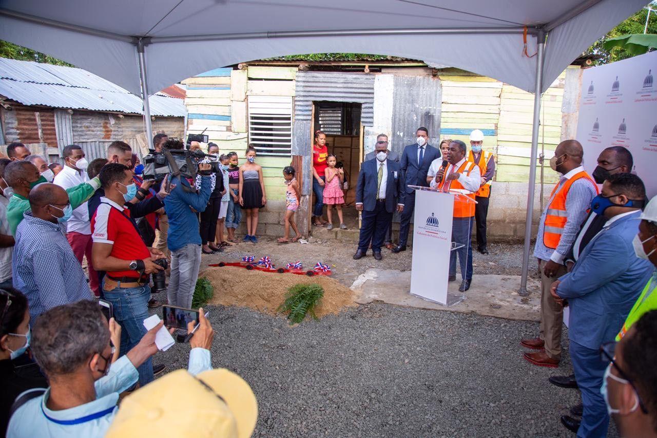 <p><em>El Gabinete de Pol&iacute;tica Social inicia cambio de pisos de tierra por cemento reforzado en Los Alcarrizos</em></p>