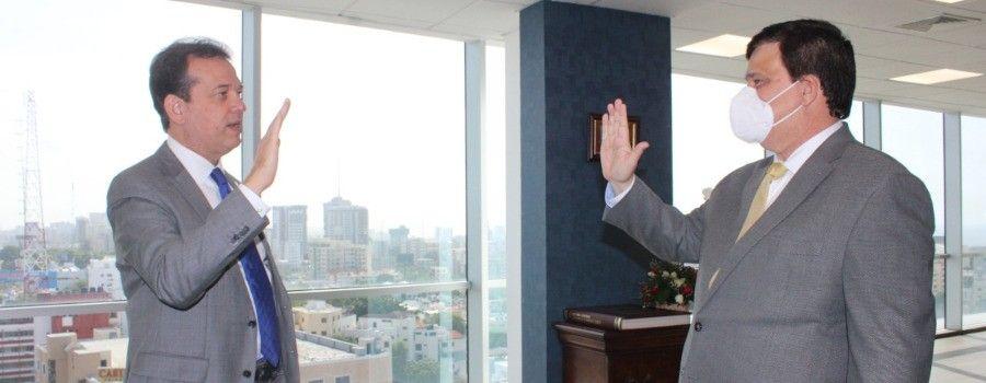 <p>Ministro Bison&oacute; juramenta nuevo director de Comercio Interno</p>
