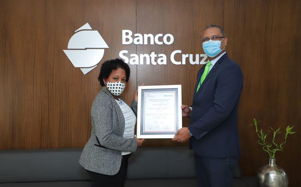 <p><strong>Banco&nbsp;Santa Cruz recibe certificado de seguridad y salud en el trabajo</strong></p>