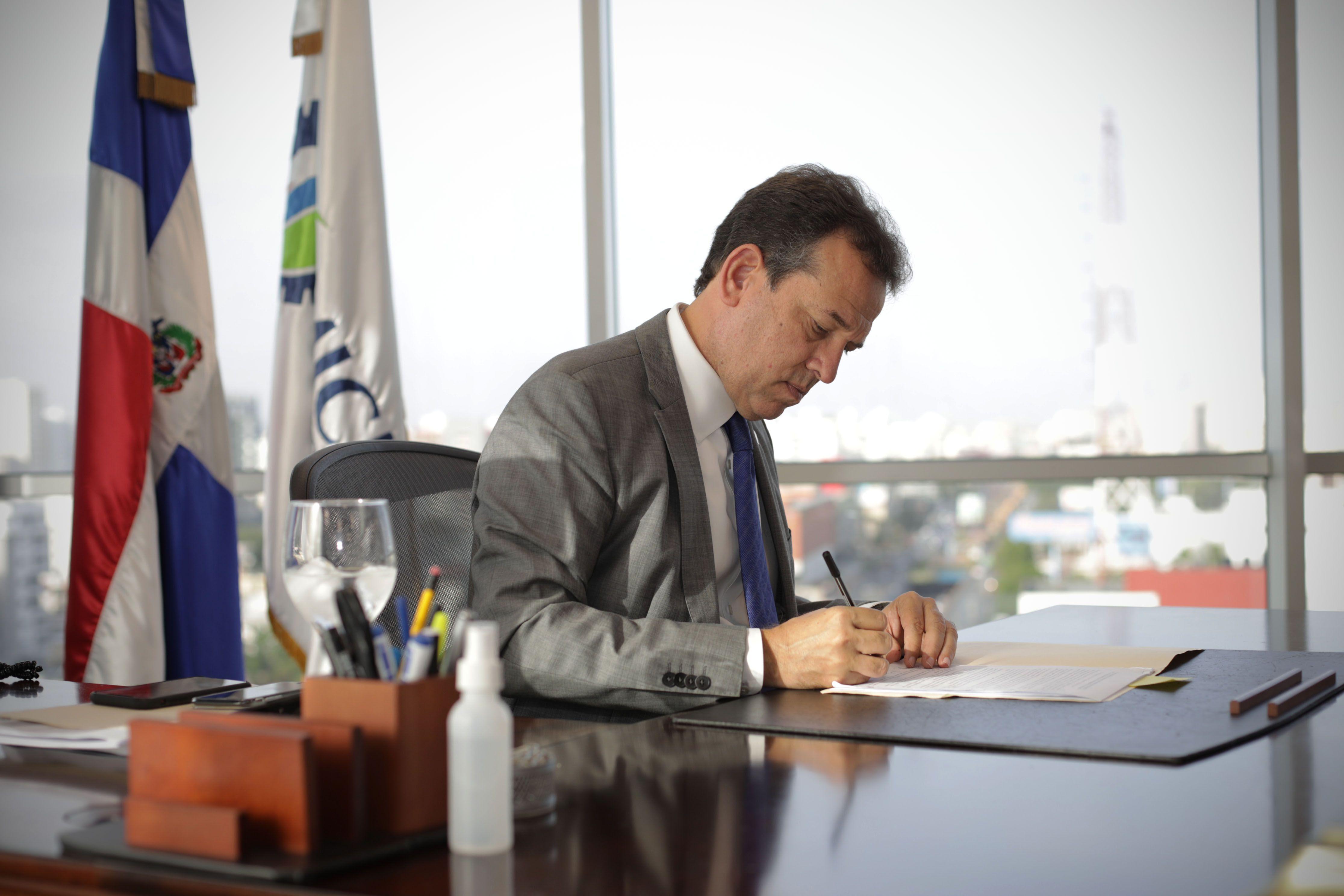 <p>Ito Bison&oacute; solicita revisi&oacute;n de millonario contrato de alquiler del edificio del MICM</p>