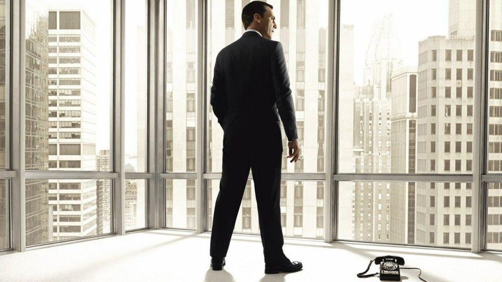 <p>&iquest;Con qui&eacute;n conversa el ejecutivo que est&aacute; solo?</p>