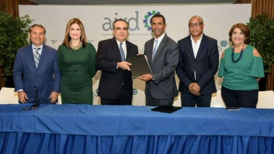 AIRD y Dominicana Limpia se comprometen a impulsar el reciclaje de plástico y materiales de construcción