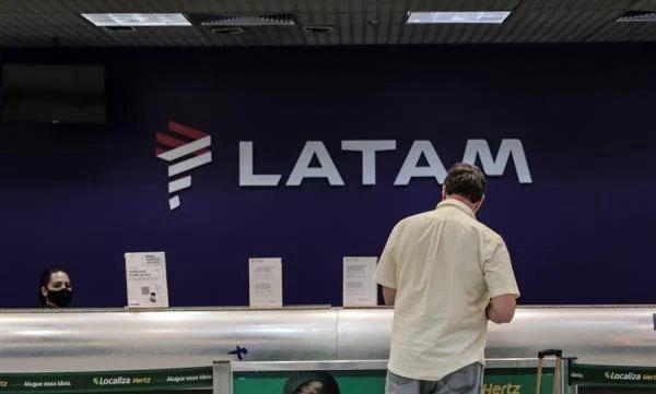 <p>La aerol&iacute;nea Latam negocia la reducci&oacute;n permanente de sueldos en Brasil</p>