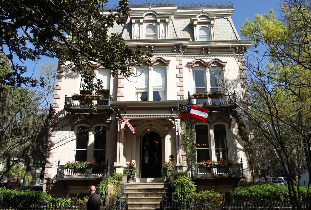 <h1>Savannah fascina a los visitantes con su arquitectura, historia e historias.</h1>