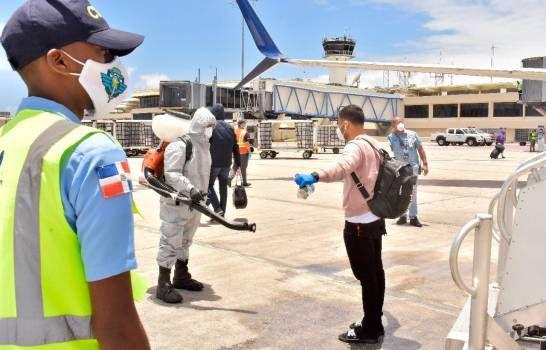 Someten a cuarentena 130 dominicanos que regresaron de EEUU