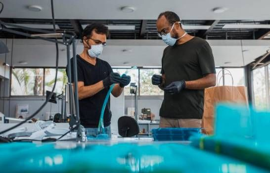 Universidad dominicana produce 500 máscaras semanales para personal médico