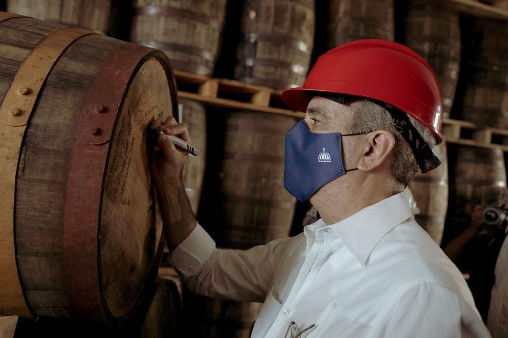 <p><strong>Presidente Abinader visita complejo licorero Casa Brurgal</strong></p>