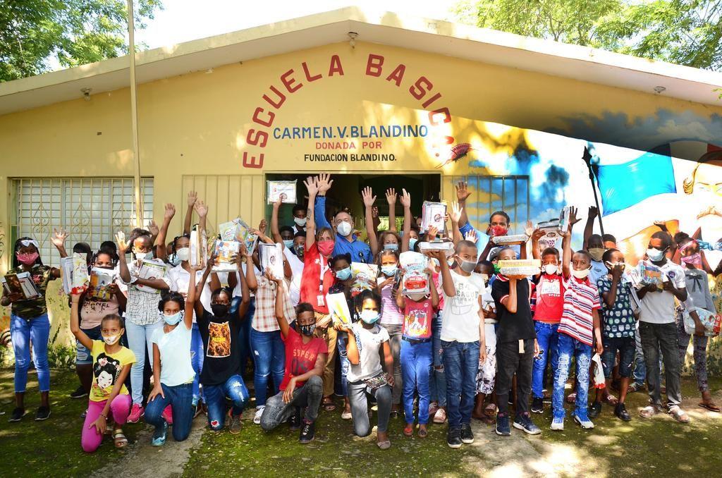 <p><strong>Save The Children realiza entrega de kits escolares</strong></p>