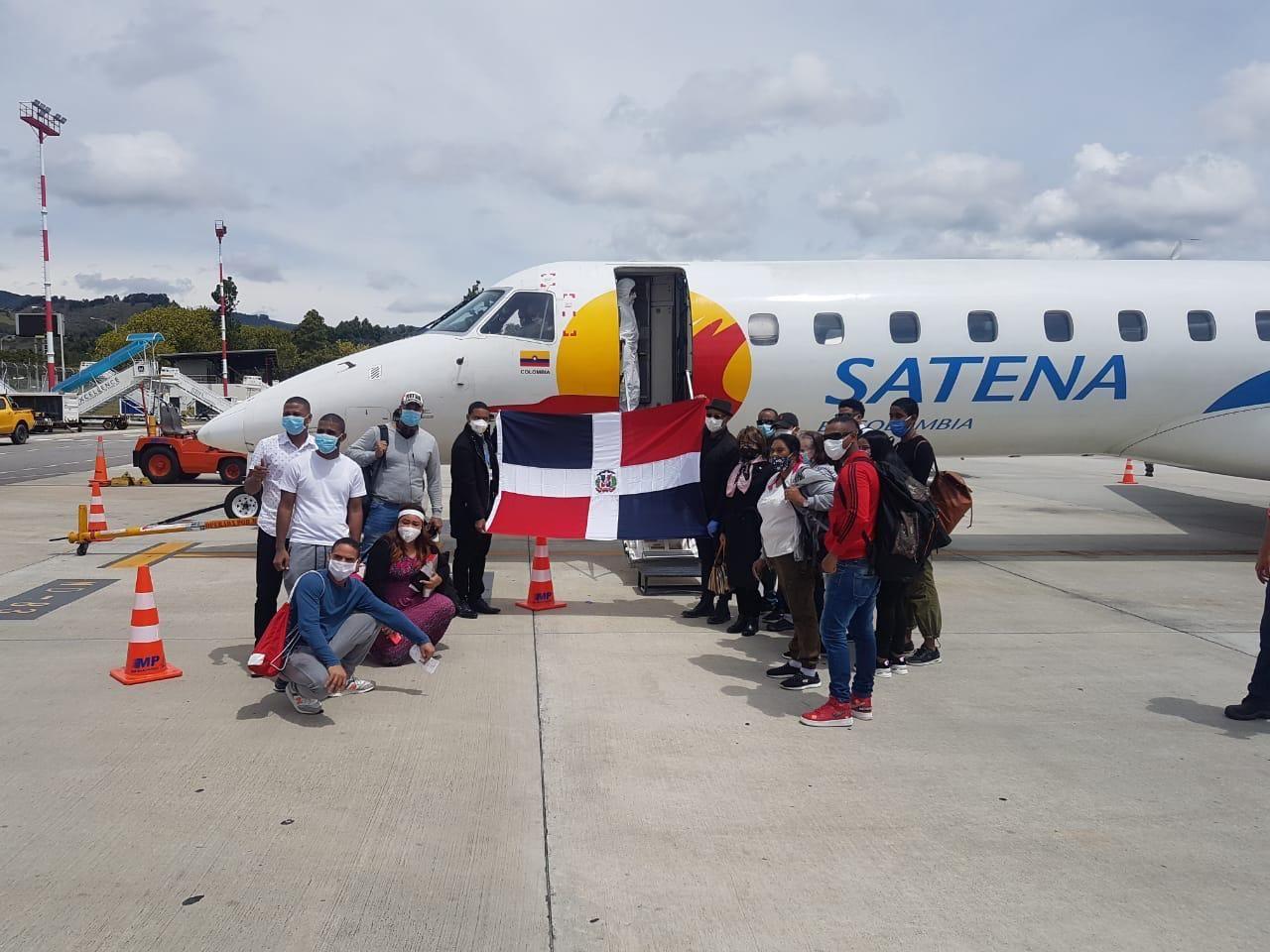 Retornan 52 dominicanos desde Colombia