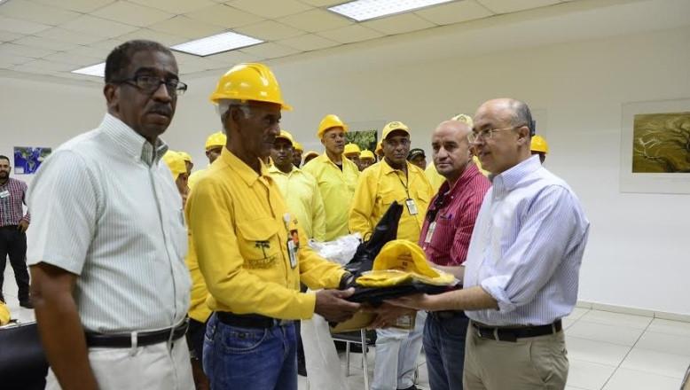 Ministro de Medio Ambiente entrega equipos de protección personal a bomberos forestales