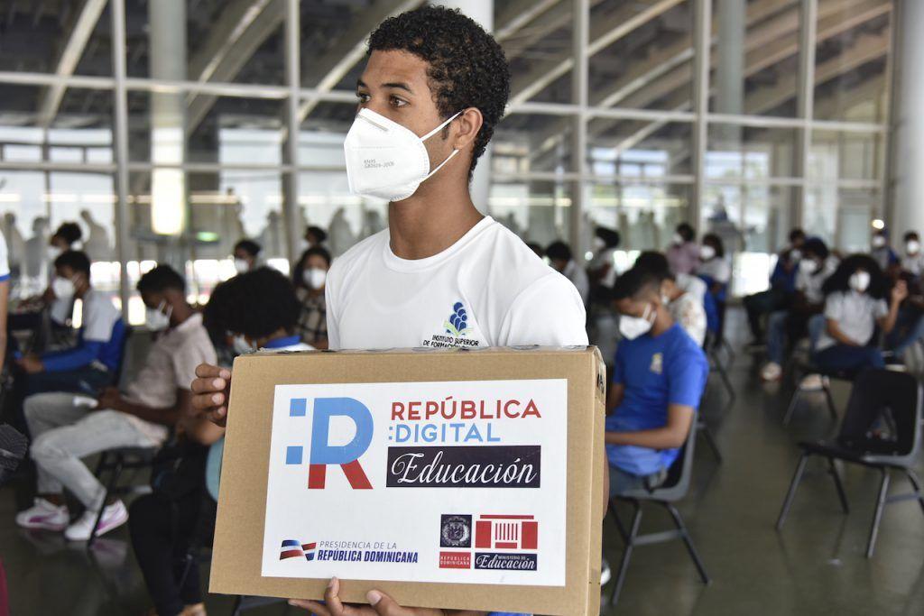 MINERD entrega laptops al recinto educativo ISFODOSU