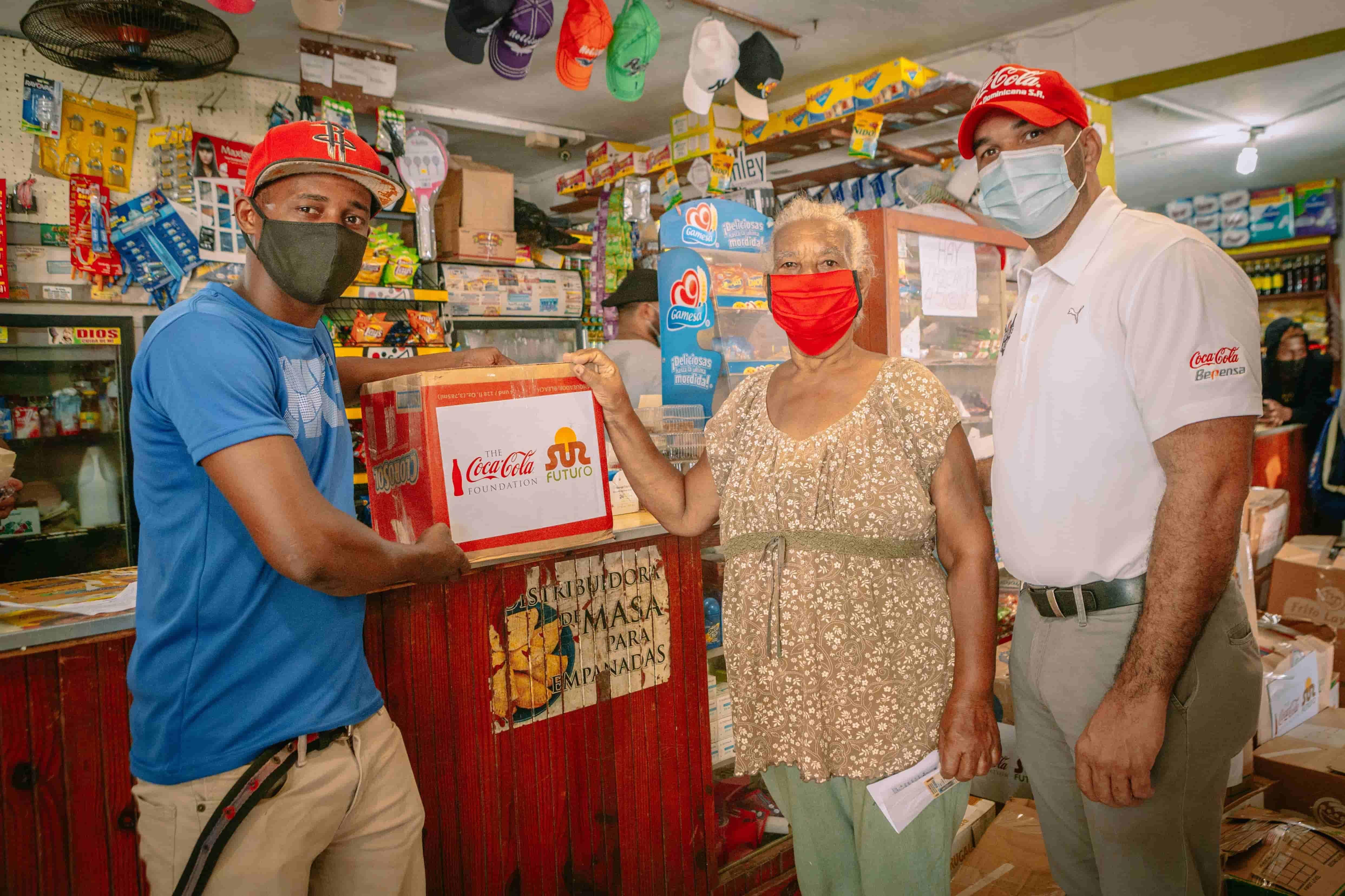 <p>Sur Futuro y Fundaci&oacute;n Coca-Cola integran propietarios de colmados en programa de apoyo alimentario a familias vulnerables</p>